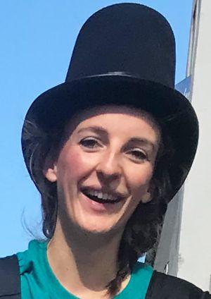 Artistin Vicky mit Hut